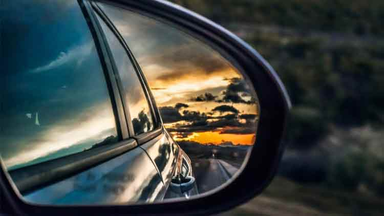 FEATURES-Motivational-Shot-A-Fixed-Vision-Will-Only-Give-You-a-Rear-View-Dkoding