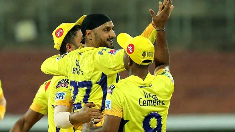 CSK-bowlers-celebrating-a-wicket-against-RCB-IPL-2019-cricket-sports-DKODING