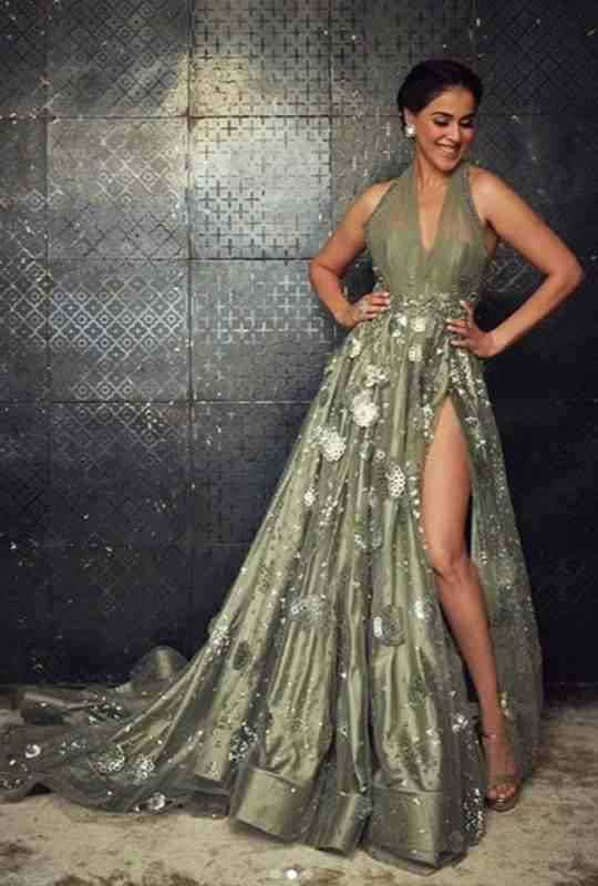 Genelia-Flauting her dress at IIFA 2019-Bollywood-Entertainment-DKODING