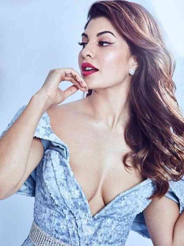Fernandez-Showing-Cleavage-Bollywood-Entertainment-DKODING