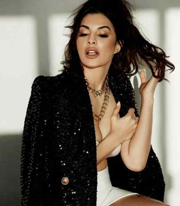 Jacqueline-Showing-Off-Her-Cleavage-Bollywood-Entertainment-DKODING
