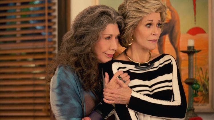 Jane Fonda and Lily Tomlin in and as Grace and Frankie DKODING