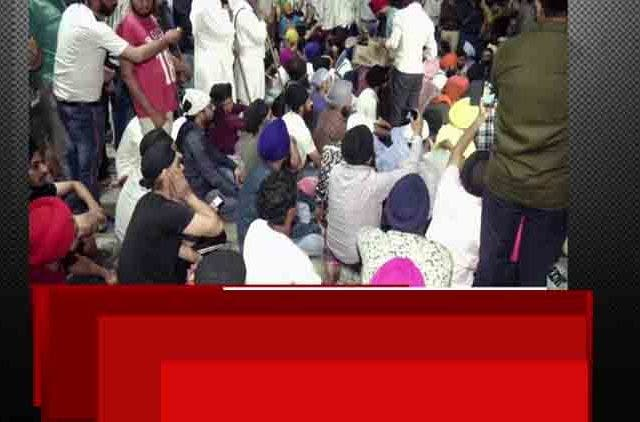 Locals-stage-protest-against-assault-on-auto-driver-in-Delhi