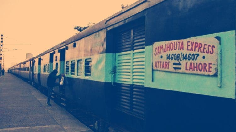 Man-getting-onto-Samjhauta-Express-NewsShot