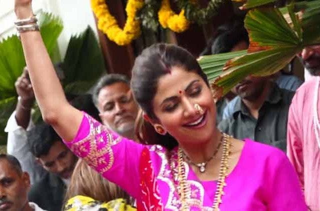 Shilpa-Shetty-Dance-During-Ganesh-Visarjan-Videos-DKODING