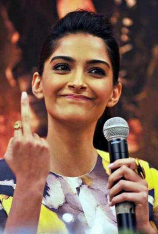 Sonam-Showed-Middle-Finger-To-Press-Bollywood-Entertainment-DKODING