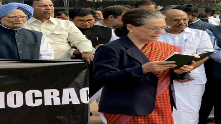 Sonia-Gandhi-reads-out-preamble-of-Indian-Constitution-during-oppn-protest-India-Politics-DKODING