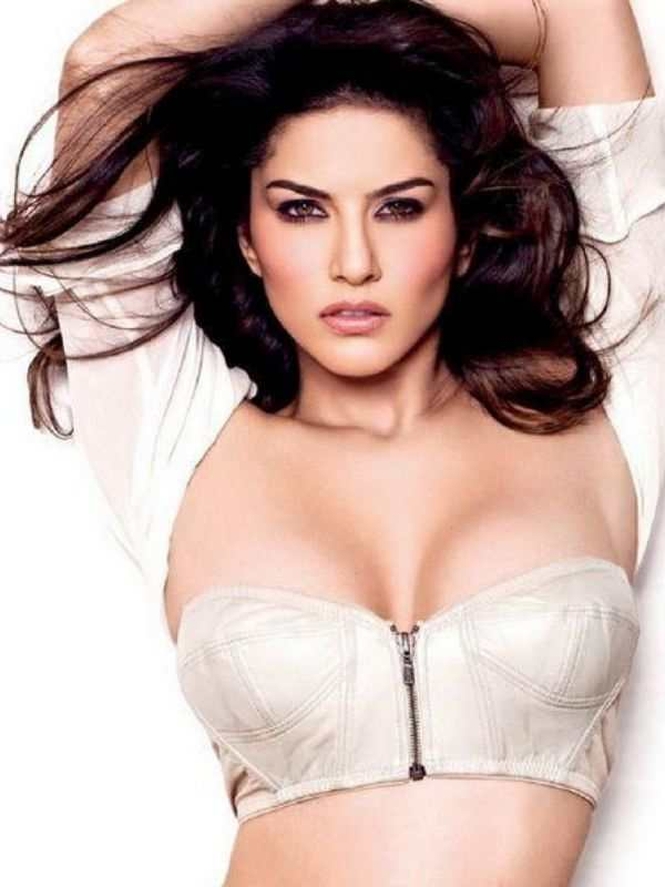 Sunny-Flaunt-Her-Cleavage-Bollywood-Entertainment-DKODING