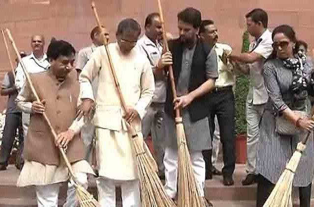 Swatch-Bharat-Abhiyan-By-BJP-MLAs-Videos-DKODING