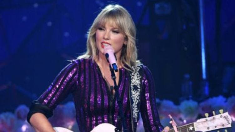 Taylor-Swift-Singing-Amazon-Prime-Day-Concert-Hollywood-Entertainment-DKODING