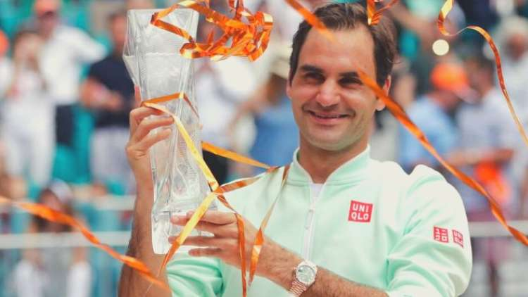roger-federer-holding-the-trophy-of-miami-open-tennis-sports-DKODING