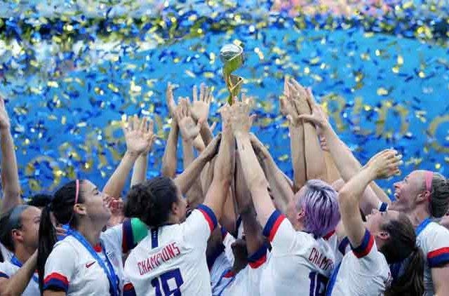 Uswnt-Us-Women-National-Soccer-Megan-Morgan-Rapinoe-Football-Team-Lifting-FIFA-Women-World-Cup-2019-Trophy-Football-Sports-DKODING